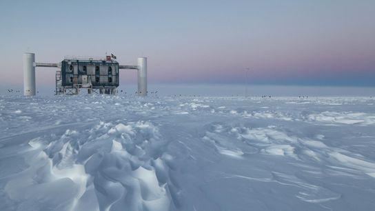 El observatorio IceCube, el detector de neutrinos más grande del mundo, está enterrado en el hielo ...