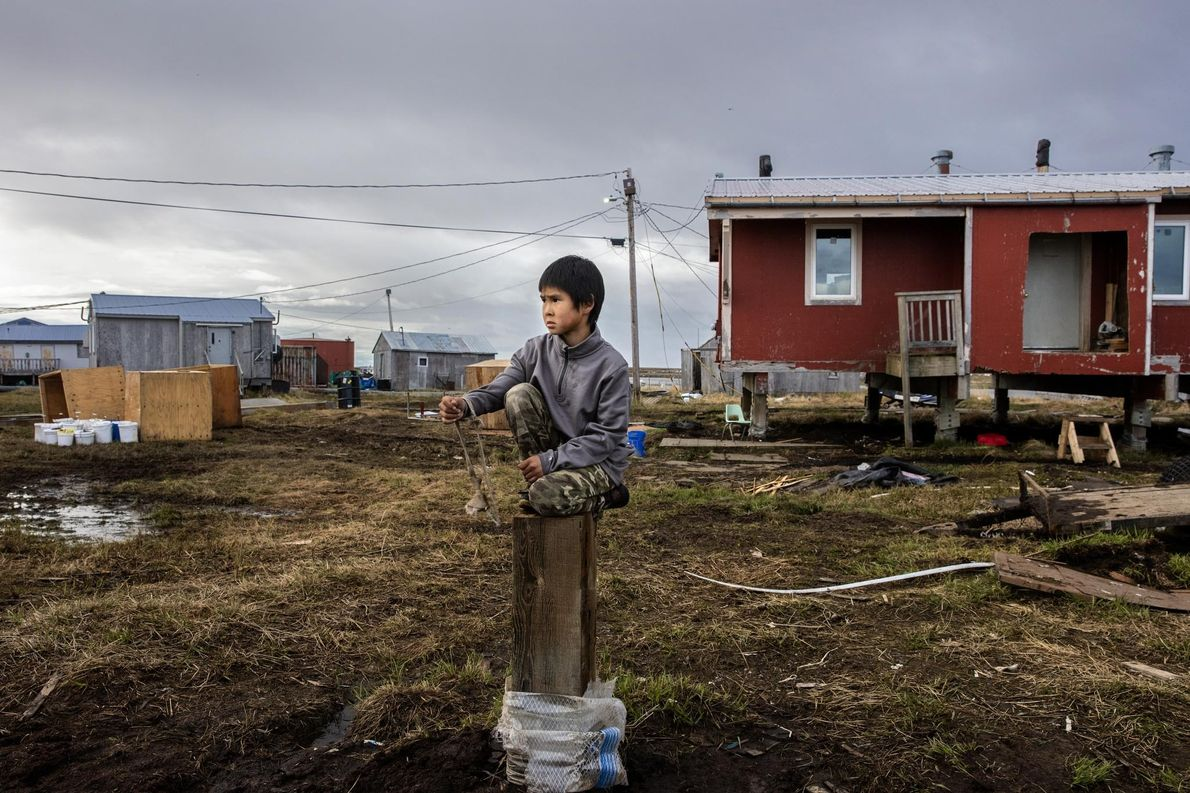 Reese John juega entre los escombros de una casa recientemente demolida en Newtok. A sólo unos ...