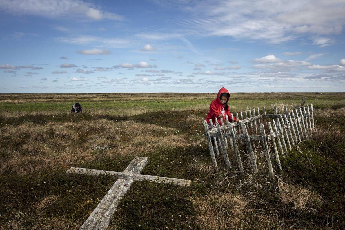 A medida que se derrite el permahielo, los cementerios en Alaska, como este en Newtok, se ...