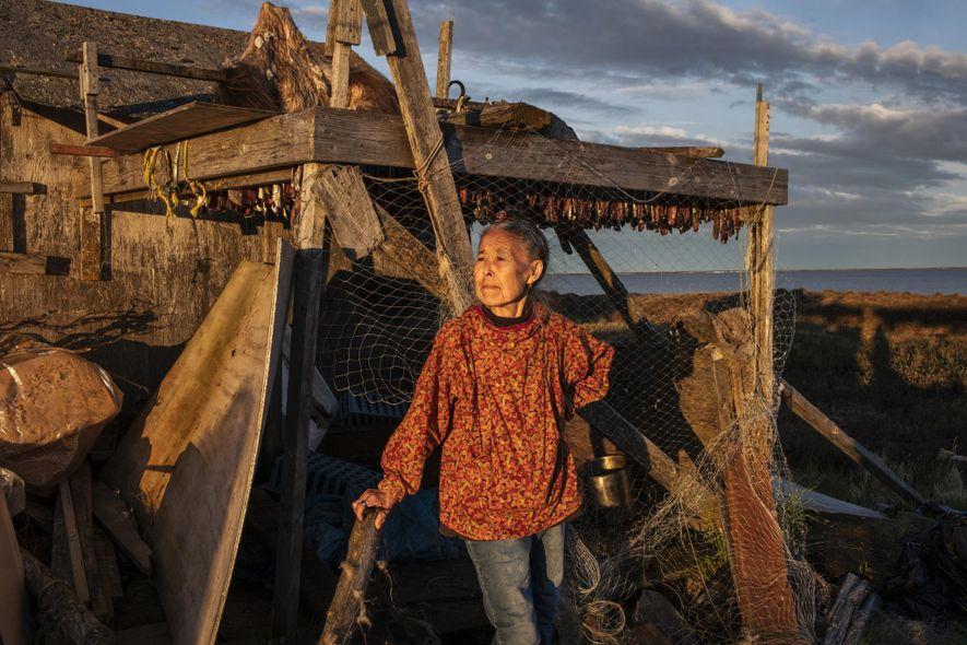 Monica Kasayuli seca arenques en Newtok antes de mudarse al nuevo pueblo de Mertarvik.