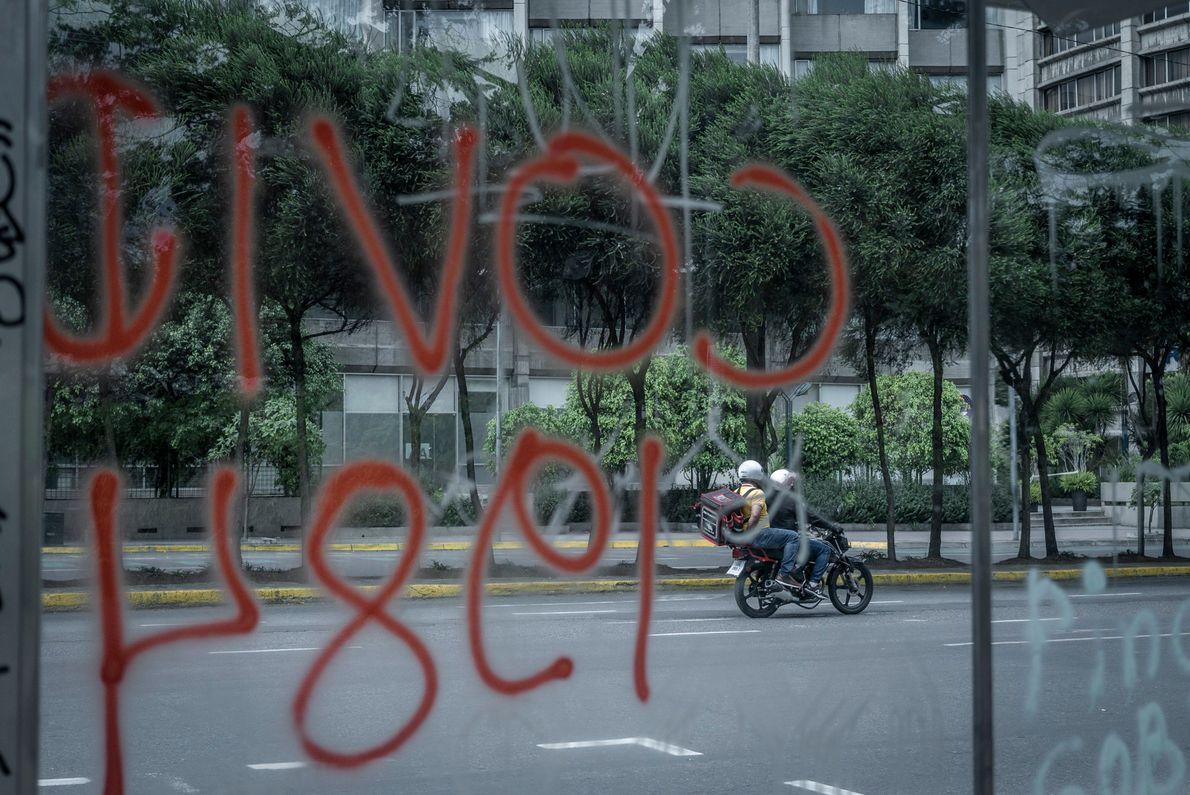 Dos repartidores circulando en la ciudad durante la cuarentena obligatoria decretada para tratar de aplacar la ...