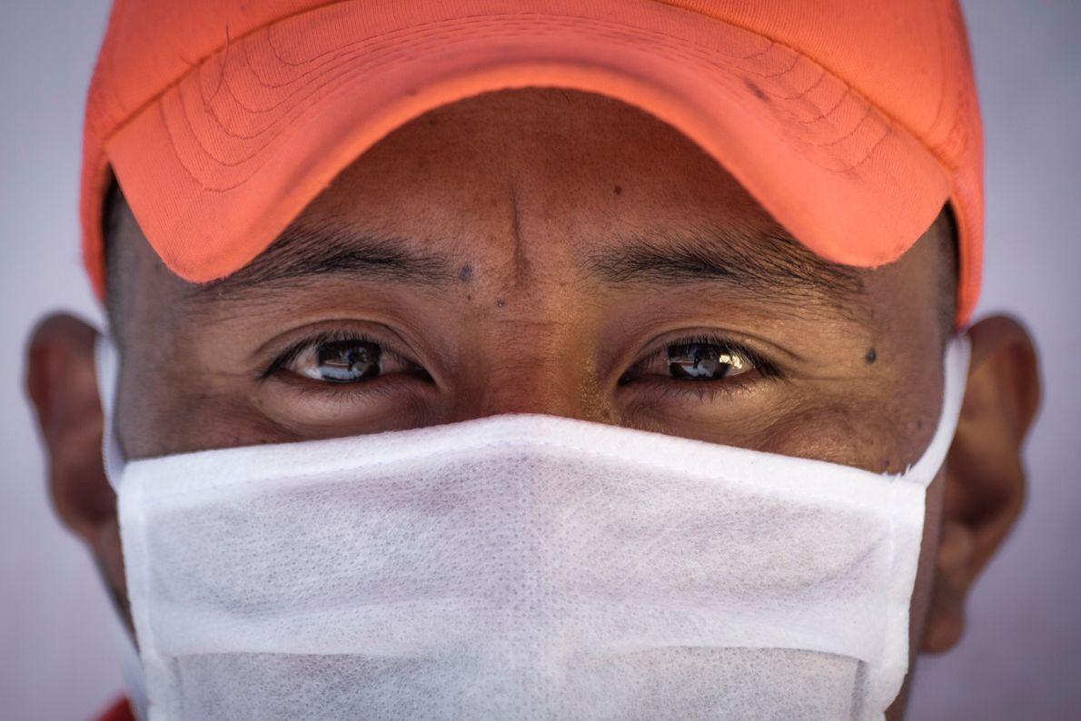 Retrato del repartidor Ángel Tene. Él es ecuatoriano y estuvo trabajando como repartidor durante la cuarentena por ...