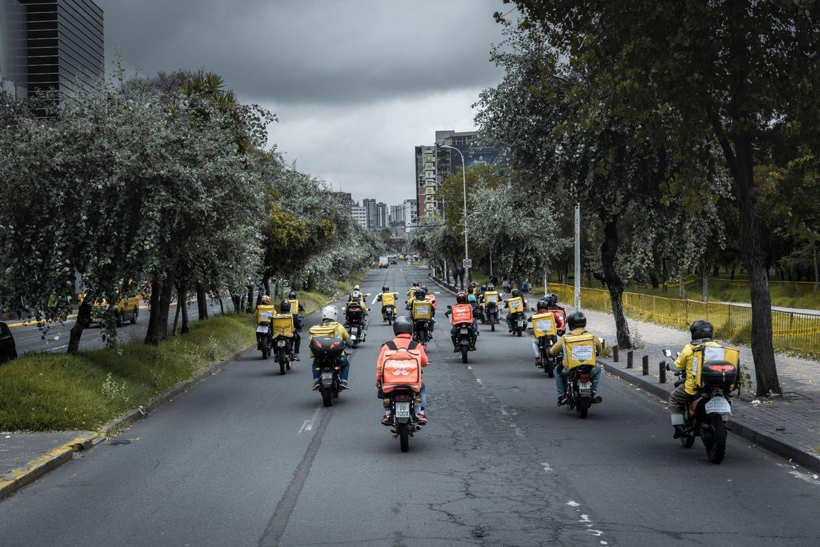 Repartidores motorizados de aplicaciones durante una manifestación realizada de forma global el 29 de Mayo y ...
