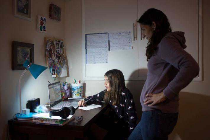 Gabriela Suárez, mamá de Alegría Aguirre (8 años de edad), revisa su tarea el día 28 ...