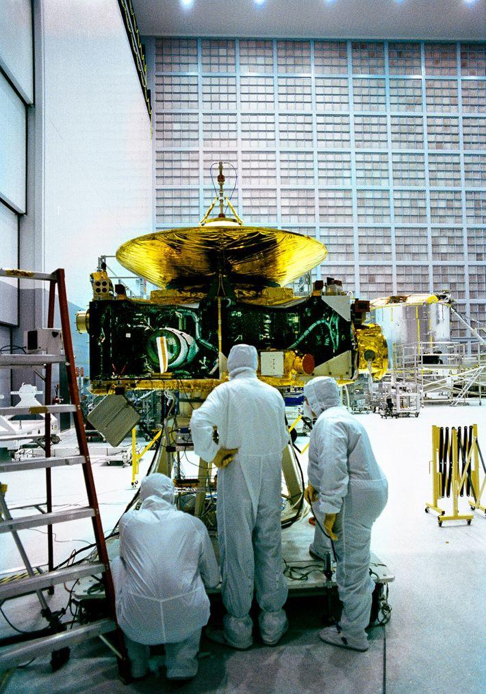En el Centro de Vuelo Espacial Goddard de la NASA, técnicos en una sala limpia ensamblan ...