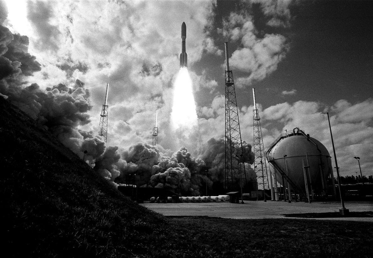 El 19 de enero de 2006, un cohete Atlas V lanzó New Horizons hacia Plutón, capturado ...