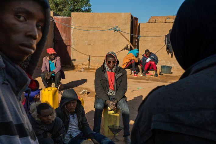 Jóvenes de Níger y de otros lugares esperan en un gueto de migrantes de Agadez (Níger) ...