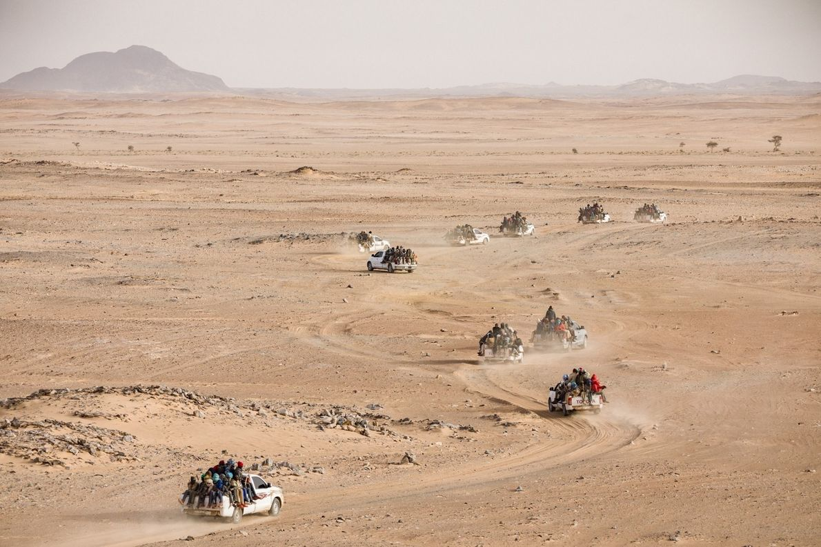 Un convoy de camionetas llenas de nigerinos y otros africanos inicia un trayecto de tres días ...