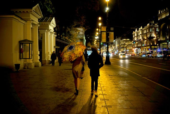 Una pareja camina por Nevsky Prospect, la calle principal de San Petersburgo.
