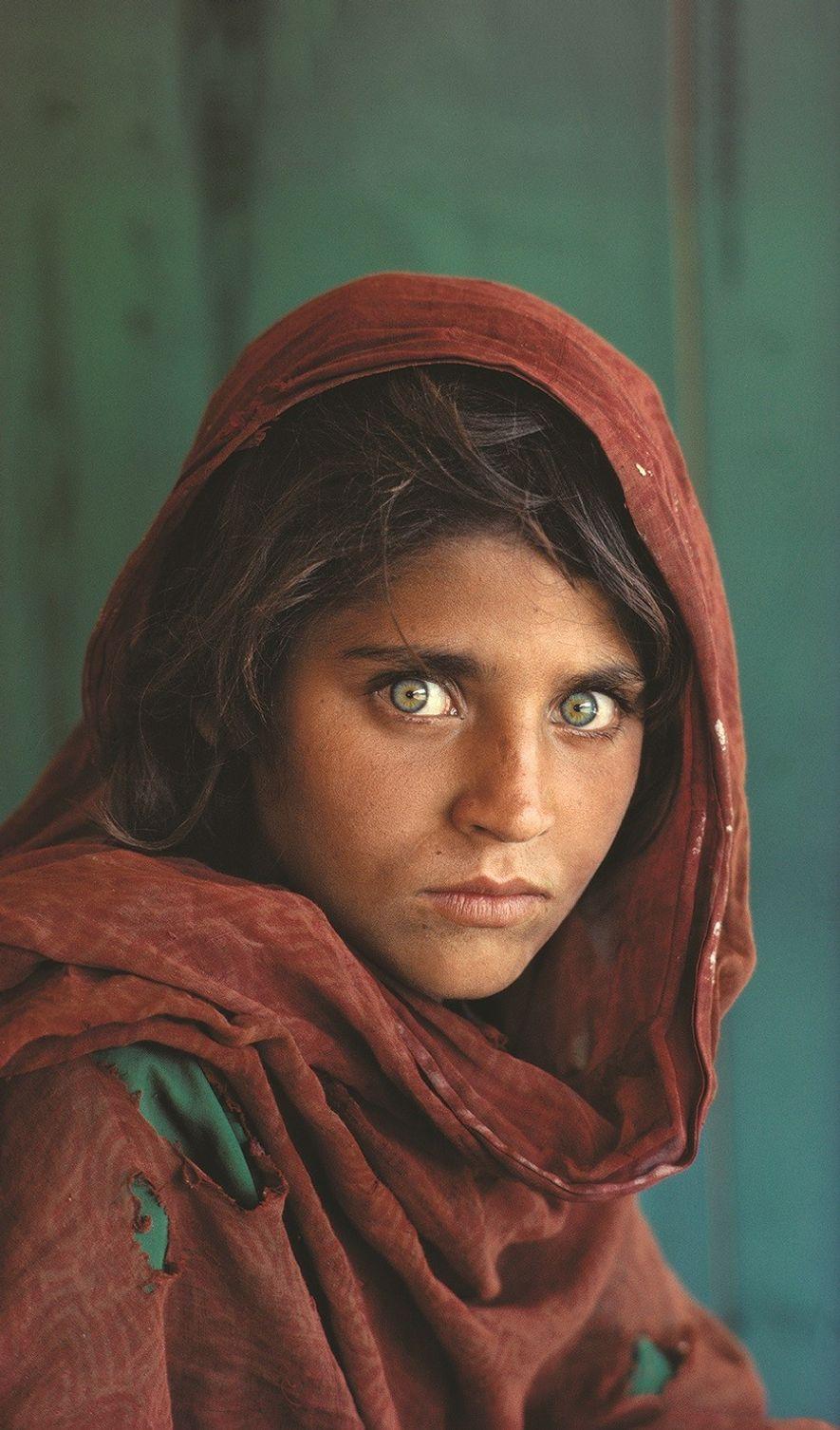 """Icónico retrato de Sharbat Gula, conocida como """"niña afgana"""" y """"mujer afgana"""", una huérfana fotografiada por ..."""
