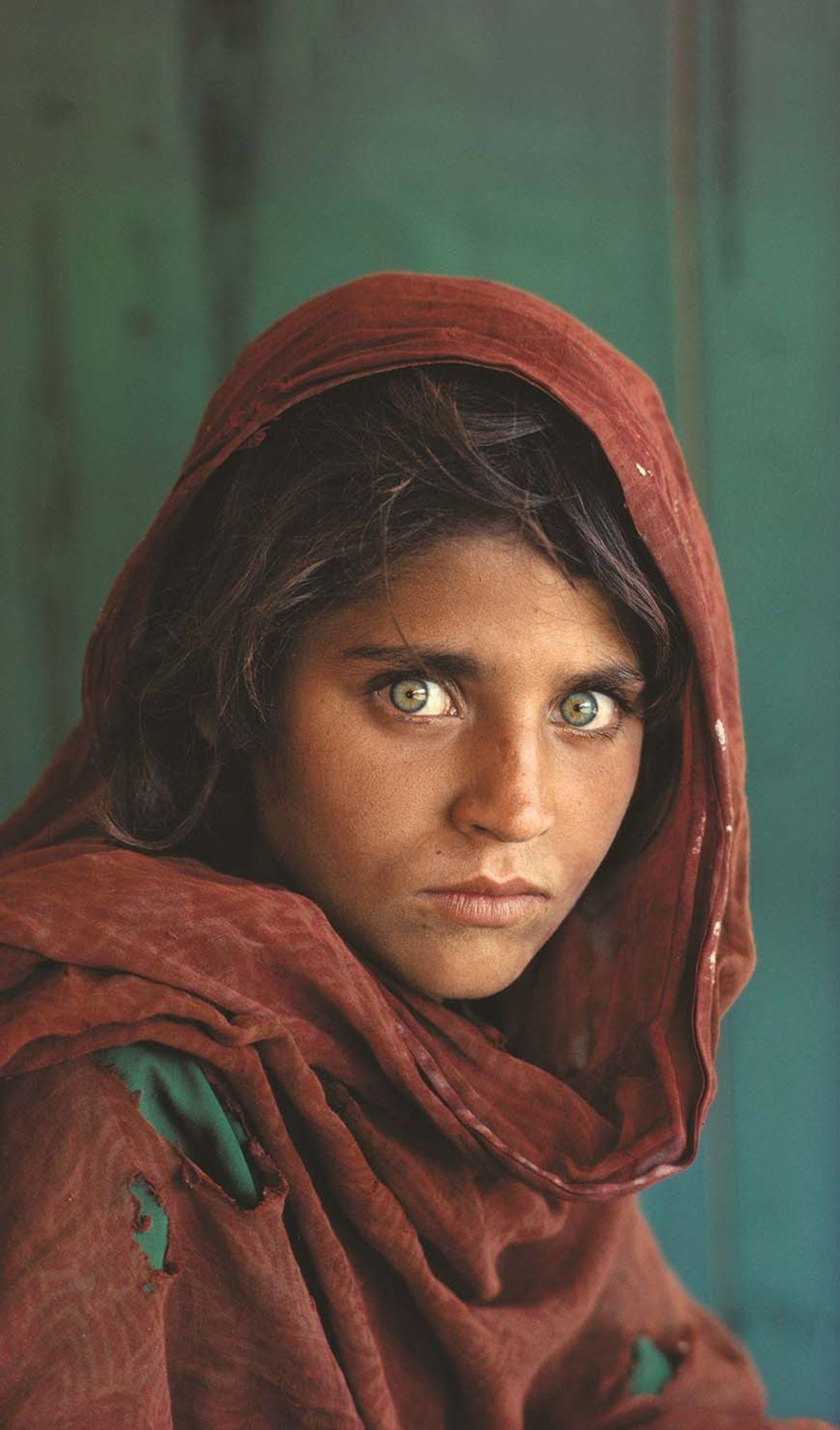 'La Joven Afgana', Sharbat Gula, se sienta en un campo de refugiados en Pakistán.