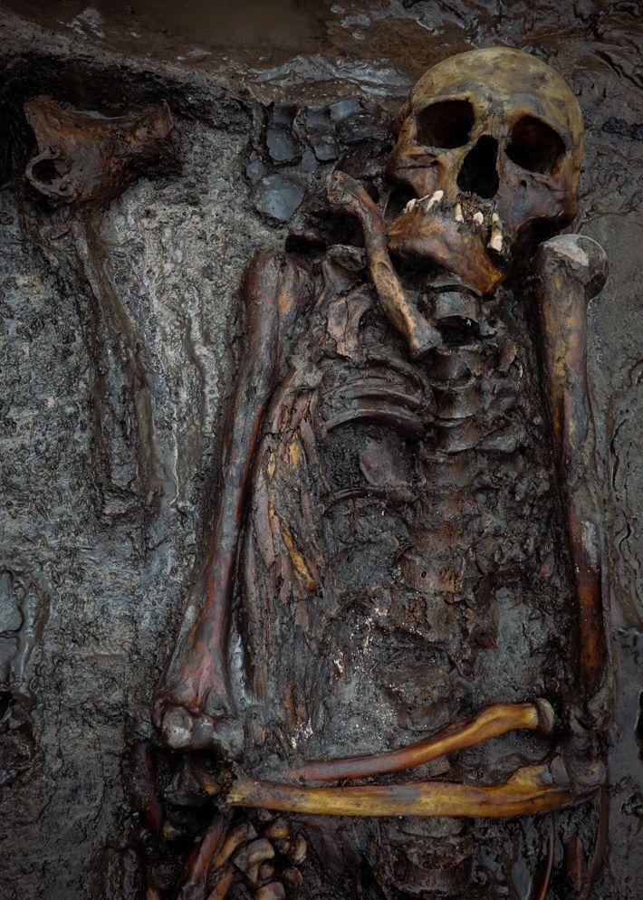 Un hombre de mediana edad fue enterrado en Tunnug 1 entre el 100 y el 300 ...