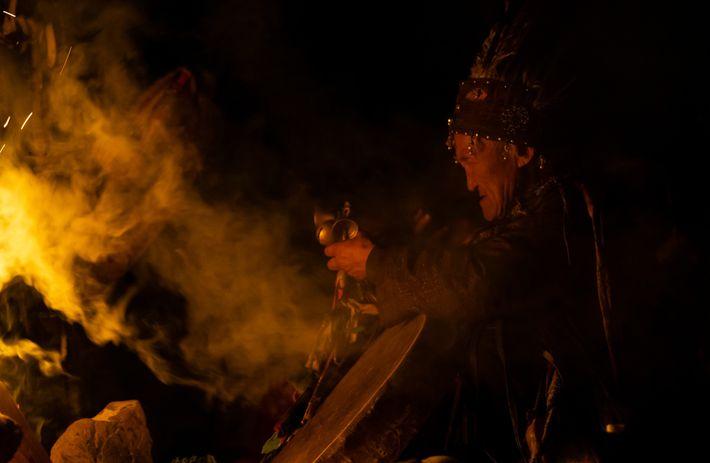 Un chamán Tuva hace ofrendas y pide ayuda a los antepasados en la apertura de la ...