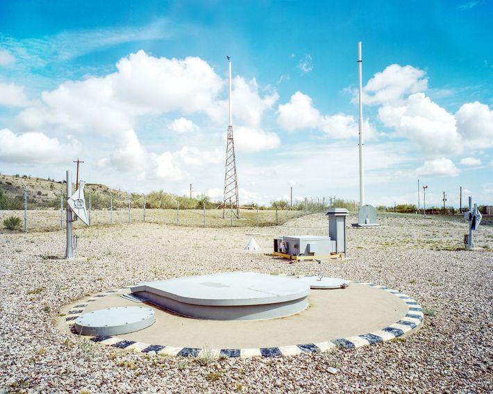 Las antenas se agrupan en la superficie del silo del Museo de Misiles de Titán. Cuando ...