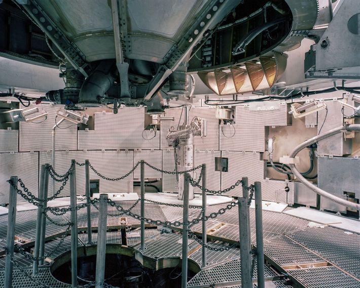 Los visitantes pueden caminar alrededor de la parte inferior del misil Titan II, siete pisos debajo ...