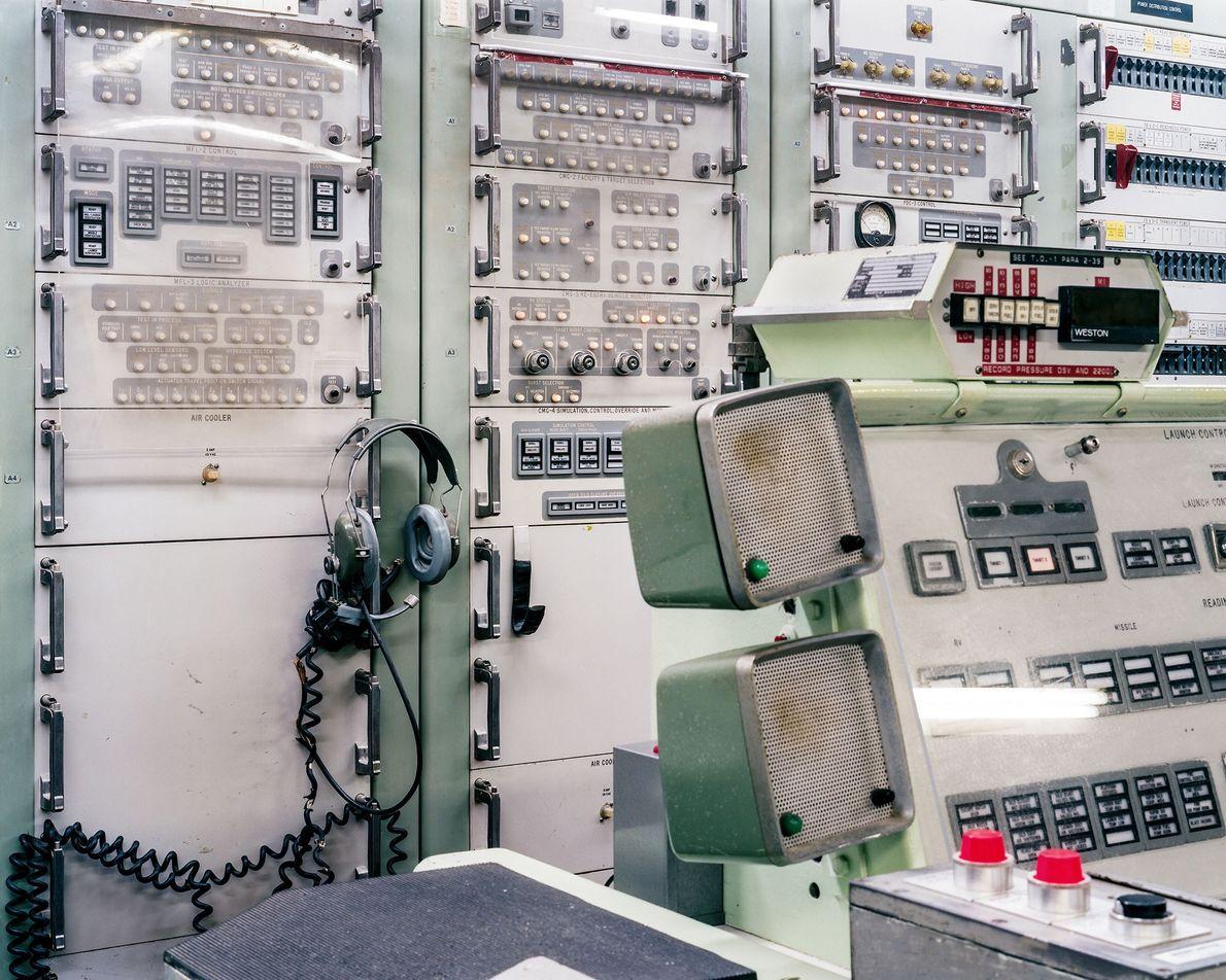 Las luces brillan en el equipo de control de lanzamiento en el Titan Missile Museum. Morris, ...