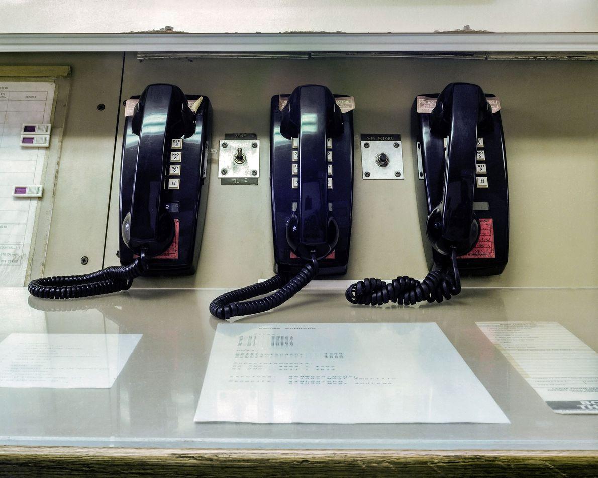 """Teléfonos sobre una consola en la superficie del MMNHS. Al presentarse al servicio en """"alertas"""" de ..."""