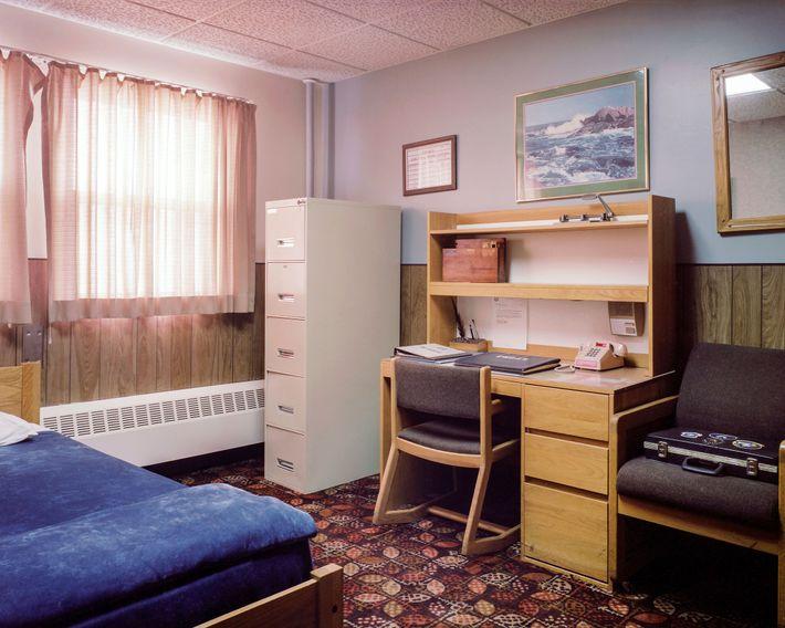 La sala y la oficina combinadas del gerente de la instalación en MMNHS muestran la extraña ...