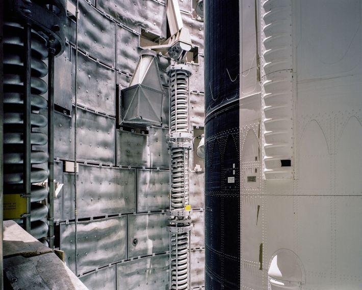 """La luz arroja cada remache en relieve agudo en el nivel 5 del misil Titan II.""""Es ..."""