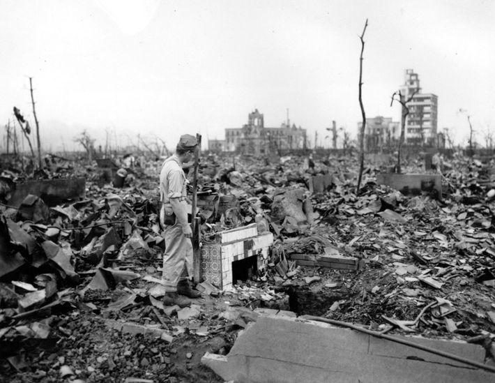 En agosto de 1945, los Estados Unidos decidieron lanzar las armas nucleares que acababan de elaborar ...