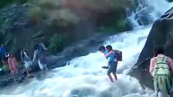 Para ir a la escuela, estos niños tuvieron que atravesar las aguas turbulentas de un río