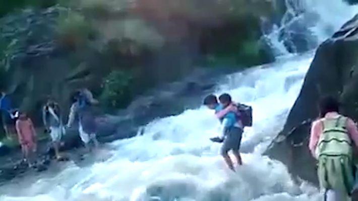 Para ir al colegio, estos niños tuvieron que atravesar las aguas turbulentas de un río