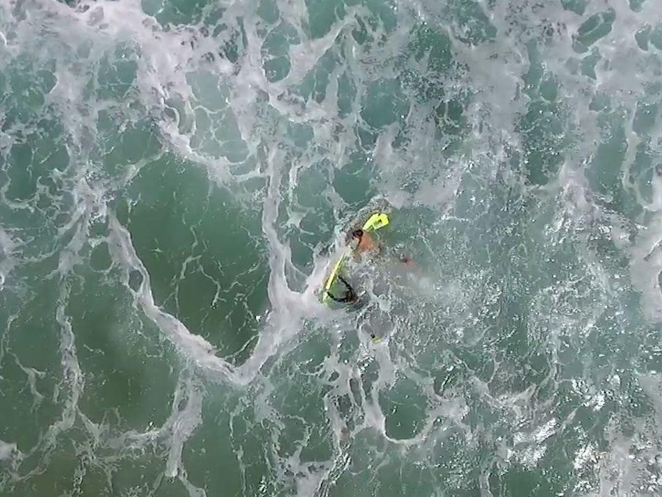 Nadadores rescatados de furiosas olas del océano por un dron
