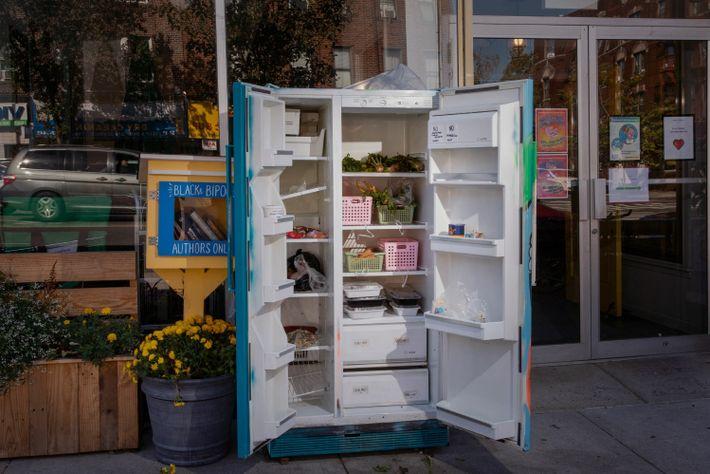 Una nevera comunitaria en Queens donde se pueden dejar o retirar donaciones de comida.