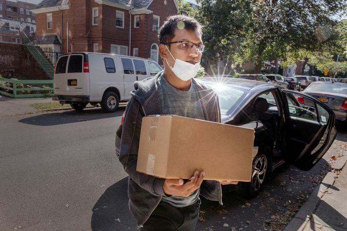 Rakibuddin Khan, exconductor de taxi, entrega comida para Migrant Kitchen, un equipo compuesto por cocineros mayoritariamente ...