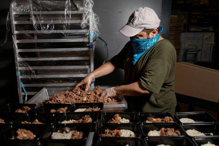 Juan Pablo Castillo raciona la carne para los paquetes de comida de Migrant Kitchen. Migrant Kitchen ...