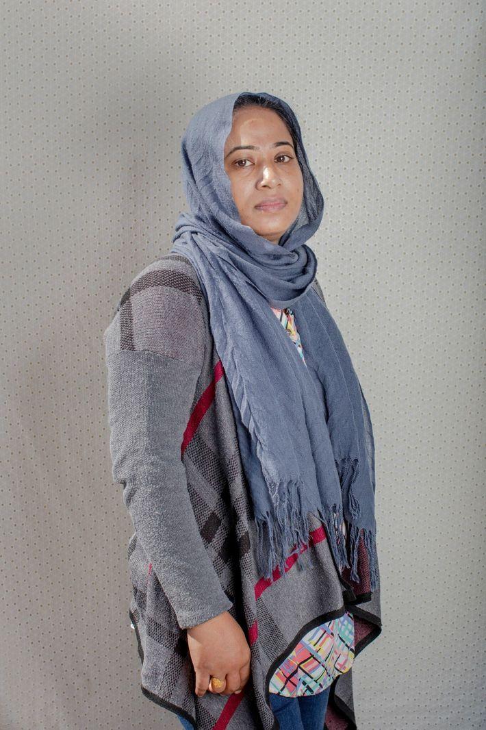 Sadia Afrin, madre soltera, señala que puede obtener las frutas y los cereales que sus hijos ...