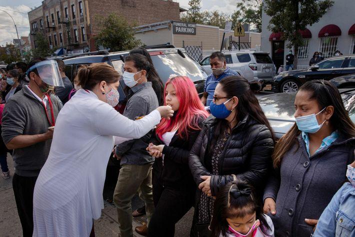 Mayra Ojeda recibe la comunión en un servicio al aire libre en la iglesia católica Our ...
