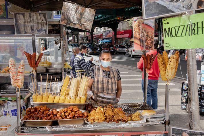 Rosa Calle vende maíz y brochetas de carne en su puesto en Jackson Heights, Queens. Como ...