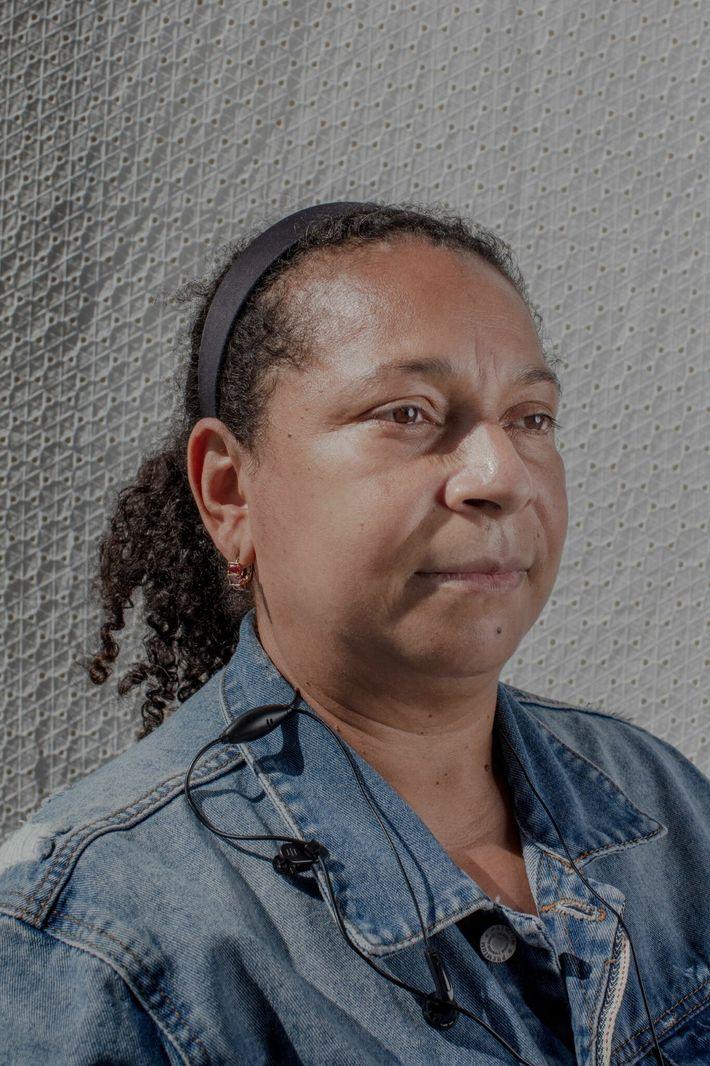 Luz Rodriguez, fotografiada mientras esperaba en la fila en CENTI, trabajó durante 15 años cuidando a ...