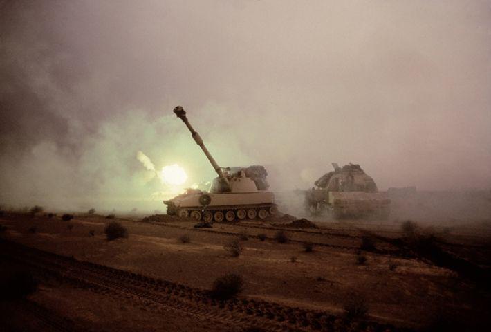 Izquierda: Un obús autopropulsado M109 lanza una ronda hacia las posiciones iraquíes. La pieza de artillería ...