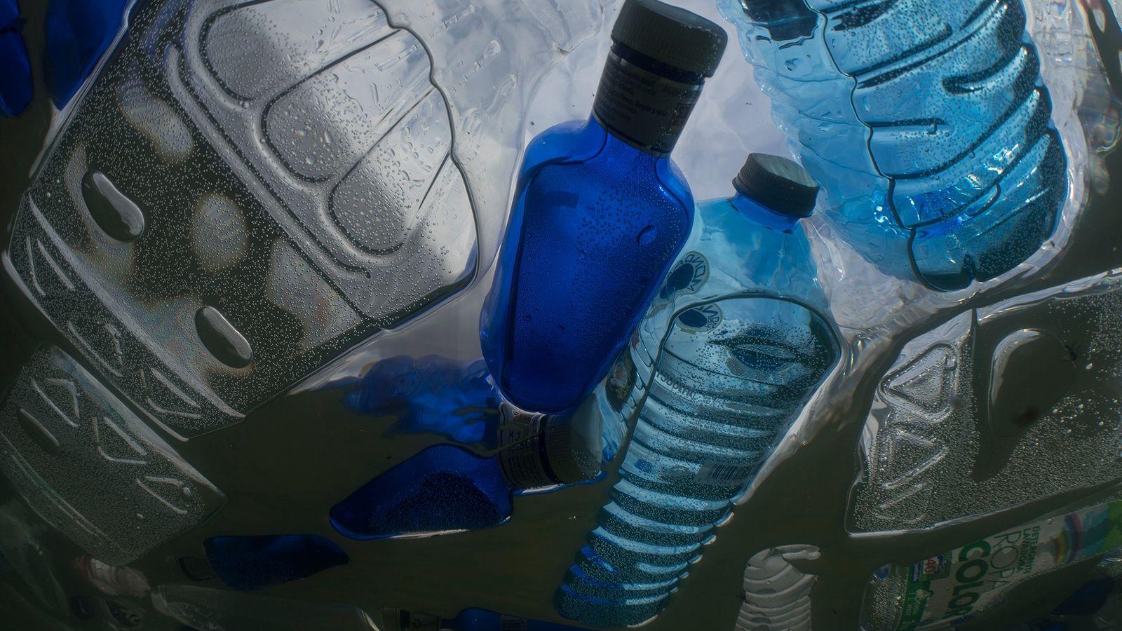 Los plásticos, como estas botellas, son objeto de limpieza de la máquina de recolección de residuos ...