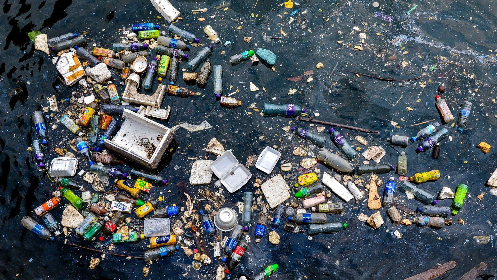 Plástico flotando y basura de poliestireno contaminan un rincón del puerto de Victoria Harbour, en Hong ...
