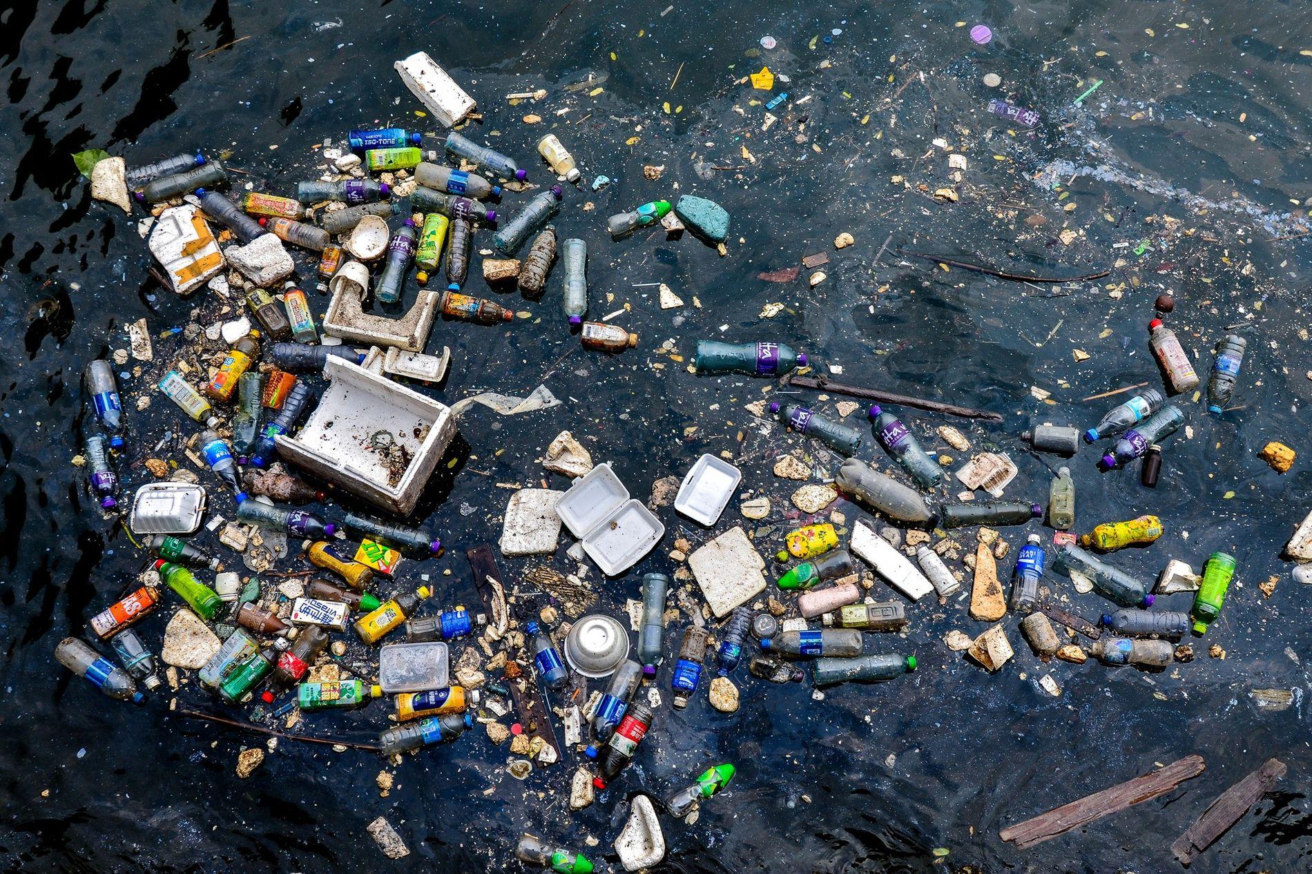 Plástico flotando y basura de poliestireno contaminan un rincón del puerto de Victoria Harbour, en Hong Kong