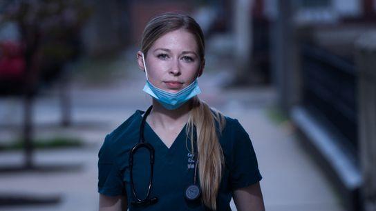 Emma Rogers, residente de primer año de urgencias, fotografiada fuera del Hospital de la Universidad de ...