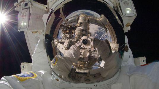 La breve (y singular) historia de las selfies espaciales