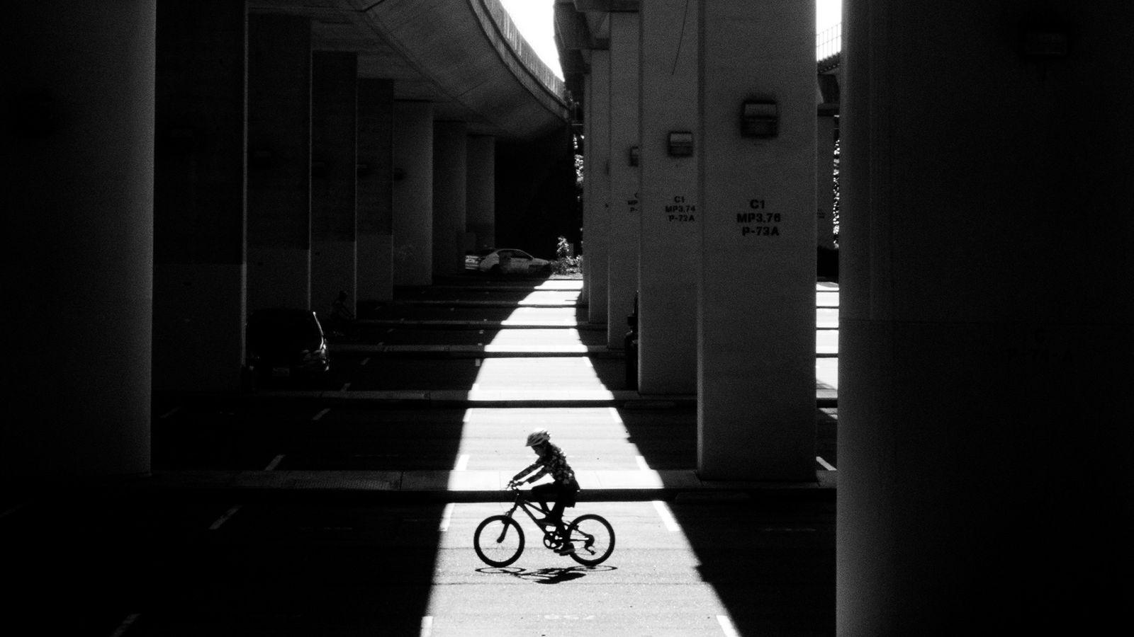 Un ciclista pasea debajo de la autopista y la estación Rockridge BART el martes 31 de ...