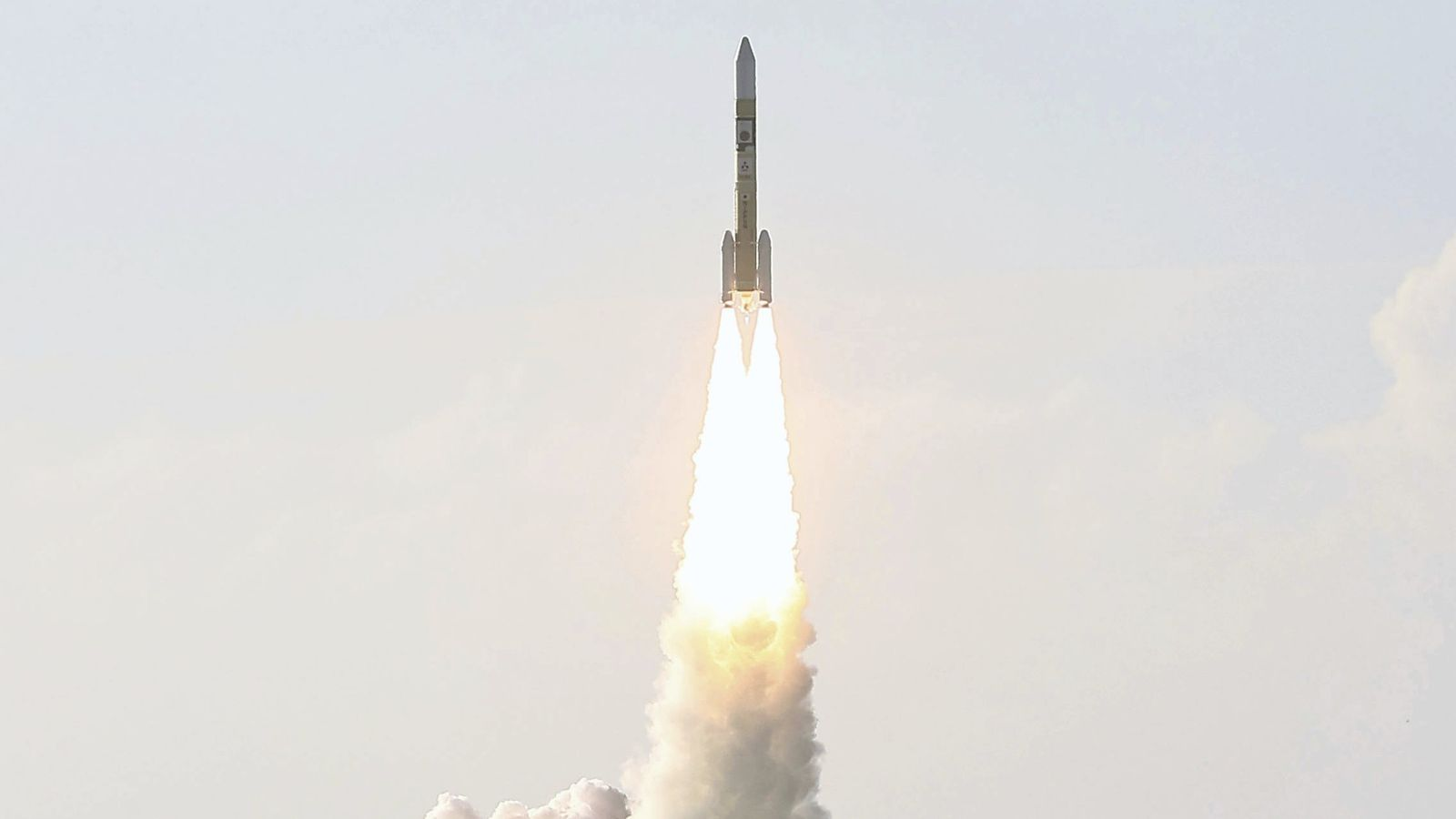 Un cohete japonés H-IIA despega con la nave espacial Hope, un orbitador de Marte desarrollado por ...