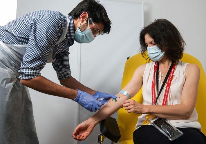 La mujer se vacuna con la candidata ChAdOx1, en la Universidad de Oxford, Reino Unido. Antes ...