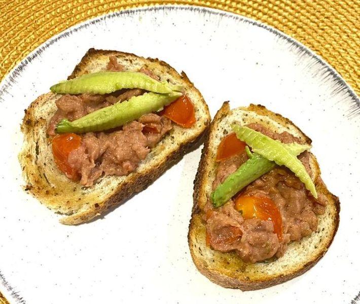 Pan tostado con Pate de Atun por Nabile Ahumada.