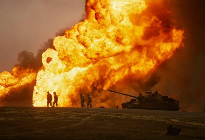 Una patrulla estadounidense se acerca a un tanque iraquí destruido y a un cadáver carbonizado. Las ...
