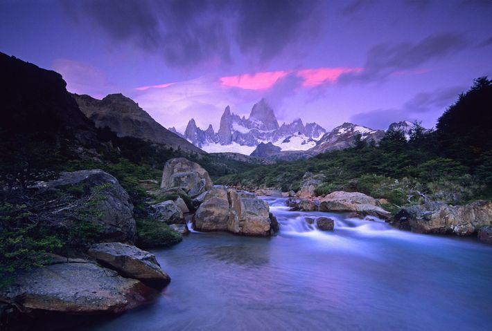 Un amanecer ilumina el Fitz Roy, una montaña en el campo de hielo Patagónico Sur.