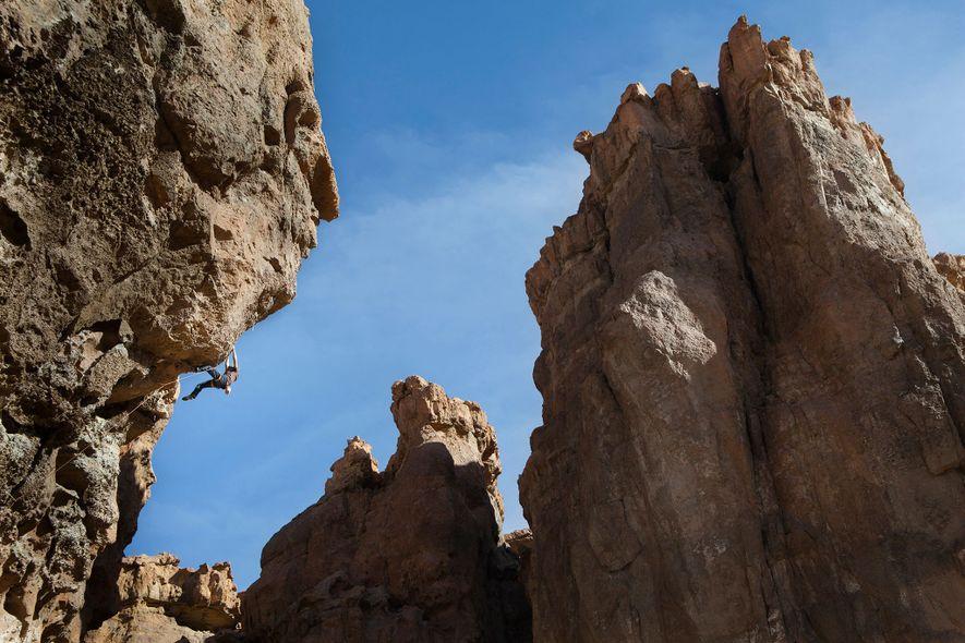 """Un escalador de roca intenta alcanzar la cima de """"La calavera"""", una ruta en Piedra Parada ..."""