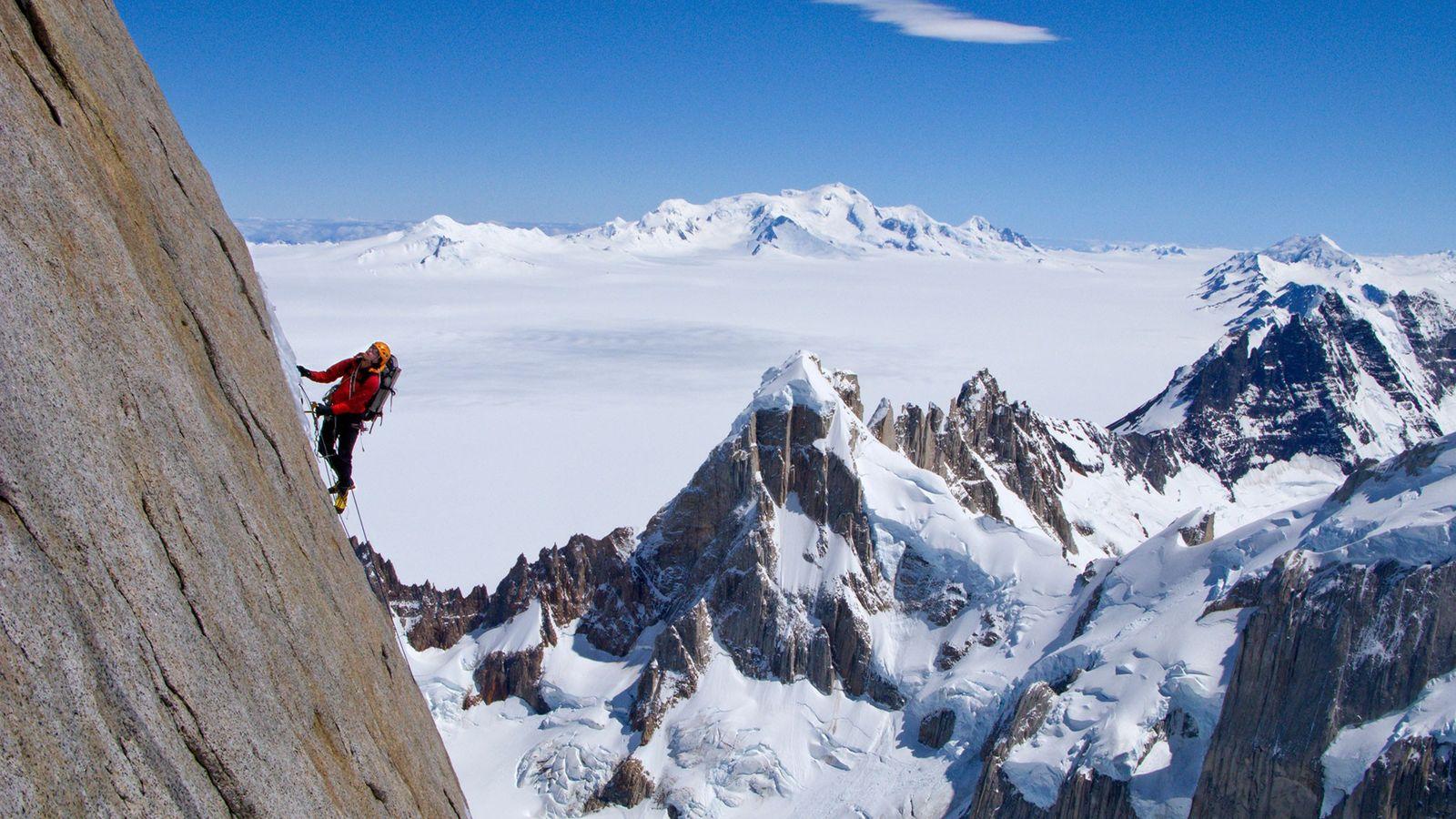 Un montañista escala la cara norte del Torre Egger en la Patagonia.