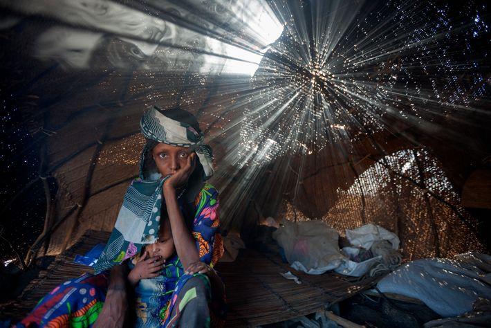 Aisha Barka y su hija Mariam llevaban días sin comer cuando llegaron a un campo de ...