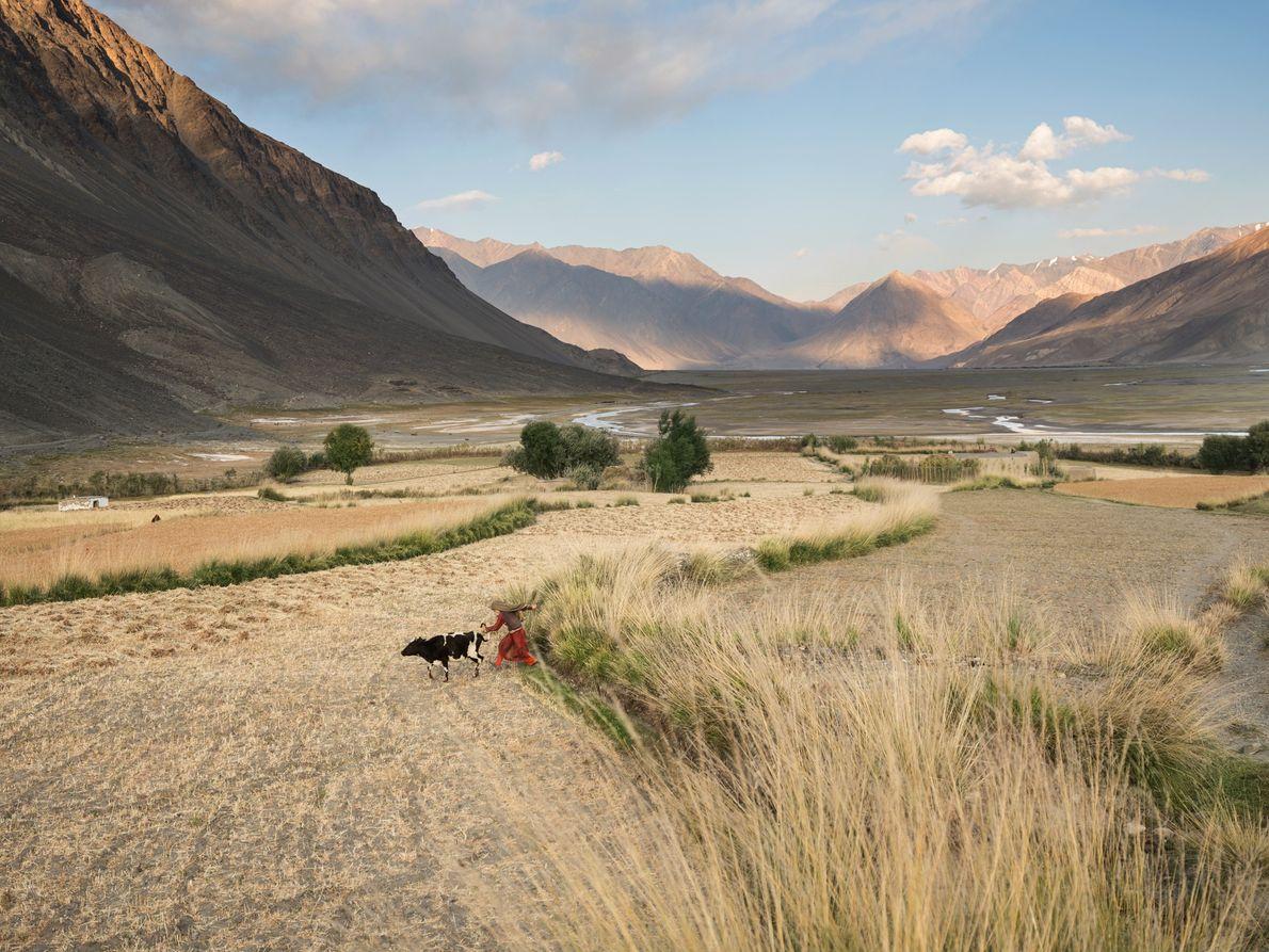 Cerca del extremo oriental del corredor de Wakhan en Afganistán, donde las carreteras se reducen a ...